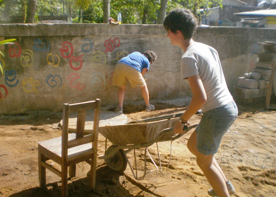 SERVE-Sri-Lanka-Group-Volunteering-construction